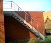 gemetaliseerde en gelakte trap met palier