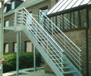 gemetaliseerde en gelakte stalen trap met antisliptreden en aluminium leuningen