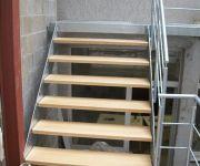 trap uit gegalvaniseerd staal met houten treden