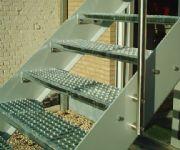 gemetaliseerde en gelakte stalen trap met antisliptreden en inox leuning